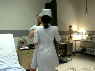 Verpleegster is surprised door haar rondborstig patiënt