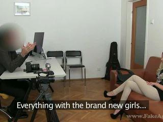 Dünn blond julia enjoys sie porno tryout