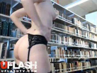 Ýalaňaç in jemagat öňünde library başlangyç blondinka ýaşlar webkamera flashing exhibitionist