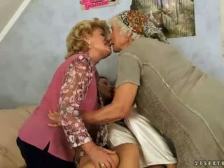 Two grannies un two tīņi enjoying karstās sekss