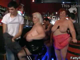 Obrovský prsia bbw mať zábava v the bar