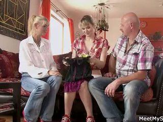 Vroče mama in oče ( parents) znamka njihovo hči goli in imajo seks