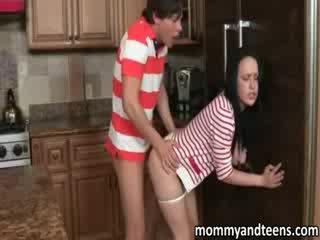 Lusty tohutu tiss milf joins tema tütar keppimine koos tema boyfriend