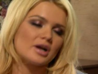Alexis ford has onu tombul yuvarlak mams sprayed ile taze creamy deli nine lezbiyen