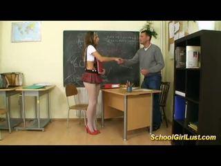 Nejaukas skolniece fucks viņai skolotāja