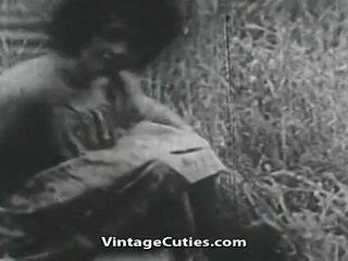 Cô gái với to ngực và tóc rậm lồn fucked lược trong cánh đồng