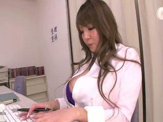 i madh, big boobs, pantallona të gjera