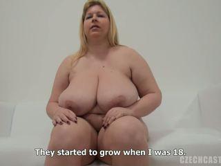 Groot mooi vrouw strips en reveals haar reusachtig bosom