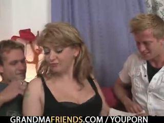 נבזי ישן גברת takes two גדול cocks