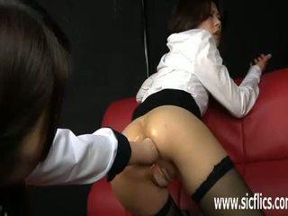 Karstās aziāti skaistule fist fucked uz viņai gaping pakaļa