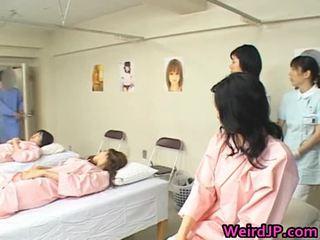 Ασιάτης/ισσα σύζυγος είναι examining female workers