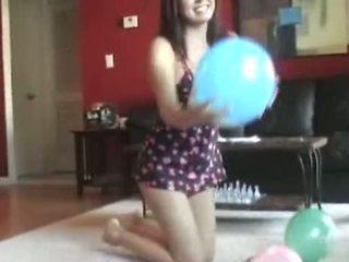 Blowing augšup viņai dzimumloceklis shaped balons
