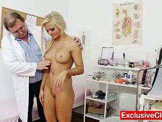 Nicky engel in een gyno onderzoek door geil dokter