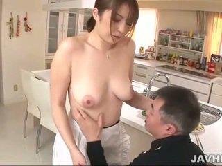 Busty japonská does boobjob
