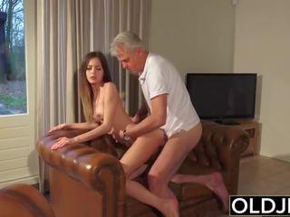Старий і молодий порно - нянька манда трахкав по старий людина і swallows сперма