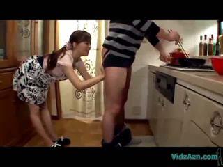 アジアの 女の子 licking guy ろくでなし giving フェラチオ 精液 へ 口 で ザ· キッチン
