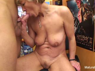Seksuālā blondīne pieauguša fucks viņam uz the video veikals: hd porno e4