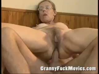 Стар бабичка прецака трудно в тя космати дупе