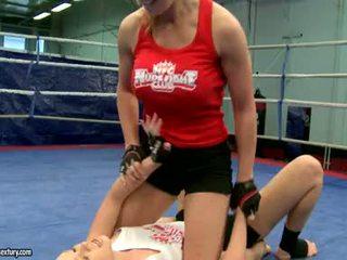 Lesbiske fight hardt og knullet cruel