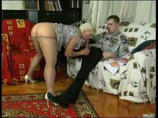 Geil mam in kniekousen teaches lad