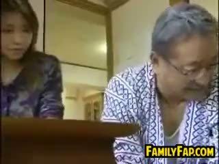 Aziatisch stap dochter met de oud man