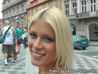 Imbecilic publiek screwing rond sensuous blondine dame