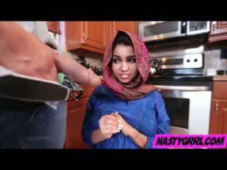 Hijab wearing muslim adolescente ada creampied por su nuevo maestro