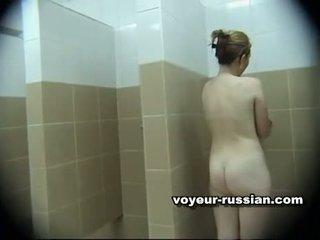 Installed spycam uz meitenes vannas istaba