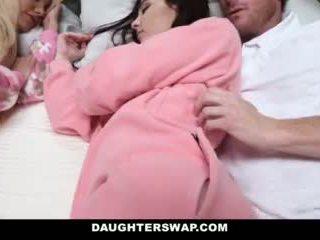 Daughterswap - daughters مارس الجنس خلال slumberparty