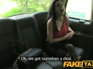 Fake taxi крихітна брюнетка gets creampied