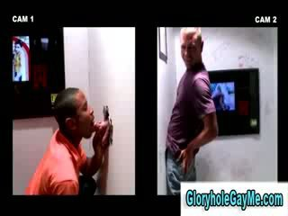 Hetro guy gets pieviltas stāšanās trieciens darbs no homo dude uz glory hole