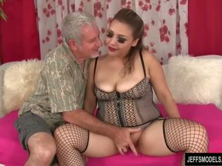 Seksikas paksuke tüdruk gets perses ja sperma sisse suu