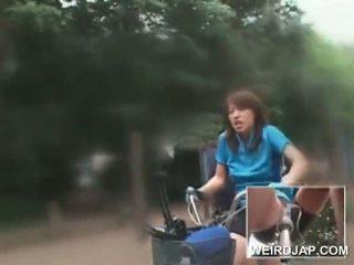 アジアの ティーン sweeties ライディング bikes とともに dildos で 彼らの cunts