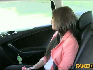 예쁜 아마추어 브루 넷의 사람 소녀 nailed 로 fake driver