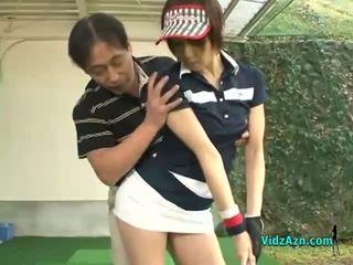 Štíhle ázijské násťročné enjoys satie ju golf instuctors vták