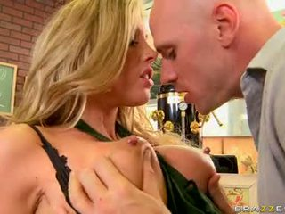 Samantha saint breasty sweetheart nokļūt viņai krūtis mash grūti
