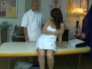 Jong vrouw reluctant orgasme gedurende gezondheid massage