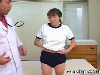 Сексуальна японська дівчина смокче її doktors