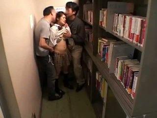 Schoolgirls kabarcık tarafından perverts içinde schoollibrary 7