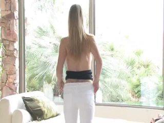 Danielle acquires undressed apoi uses ei jucărie pe ei vagin