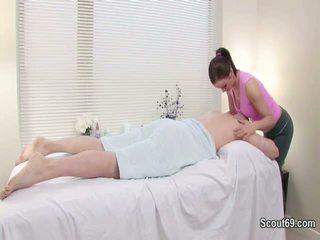 Klant verleiden redhair masseuse naar neuken in massage parlour