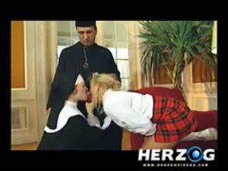 Bavarian studentessa e suora banged difficile da priest