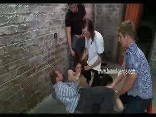 갈색 haired 과 복종하는 인형 gets brutally handled 로 a bunch 의 뿔의 men