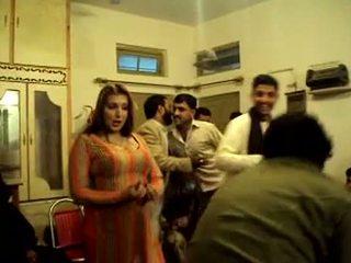 Krūtainas pakistāņi meitene dejošas uz privāti izstāde