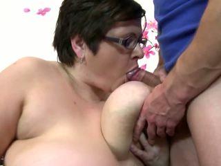 Grande madura mamá chupar y joder joven afortunado chico: gratis porno 4c