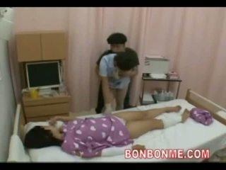 พยาบาล ใช้มือ ใน ด้านหน้า ของ เมีย 01