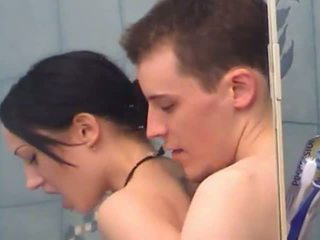 Сексуальна підліток дівчина gets fingered під душ