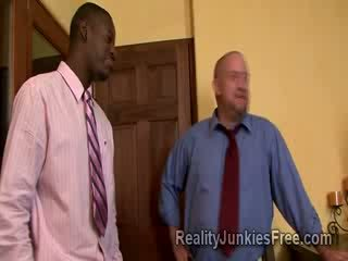 Blondine milf escorte sucks groot ebony thugs boner rechts voor haar hoorndrager husbands ogen