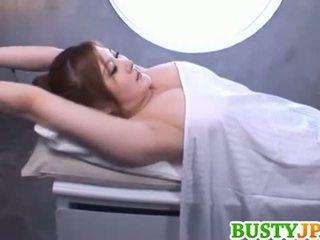 Momoka με πλούσιο στήθος είναι aroused πέρα λάδι