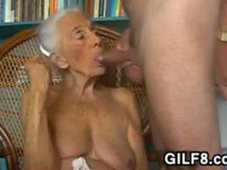 Frekk bestemor giving en blowjob ved hjem